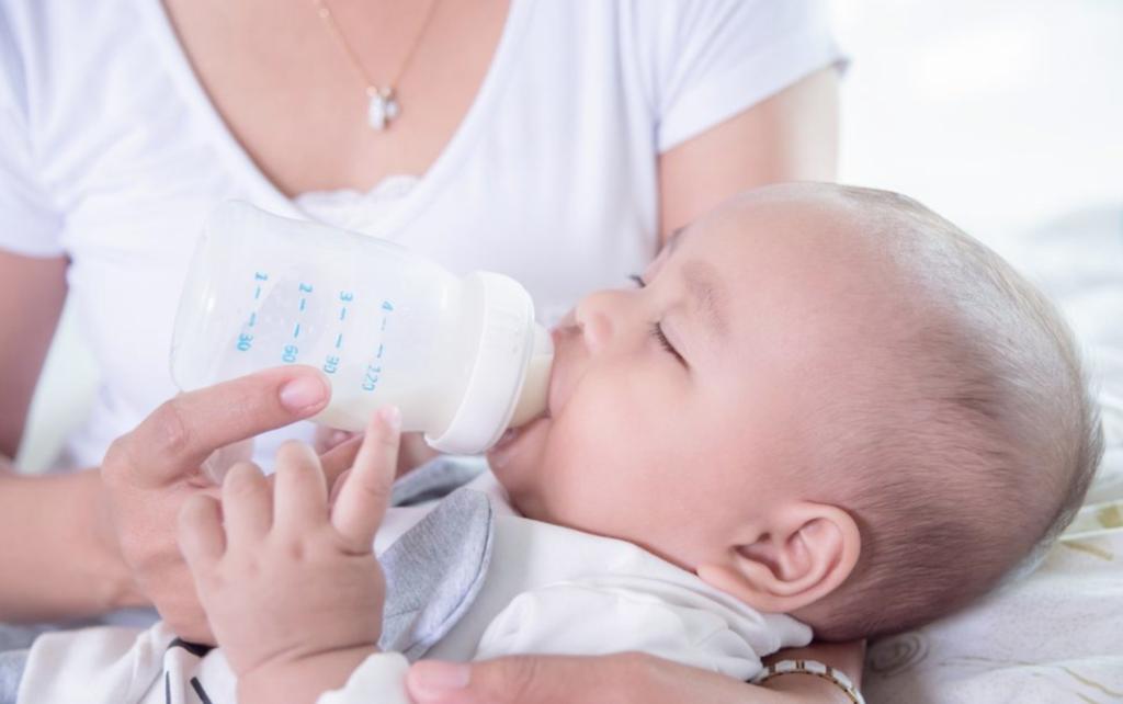 赤ちゃんに牛乳を飲ませていい?母乳からの切り替えで注意することは?