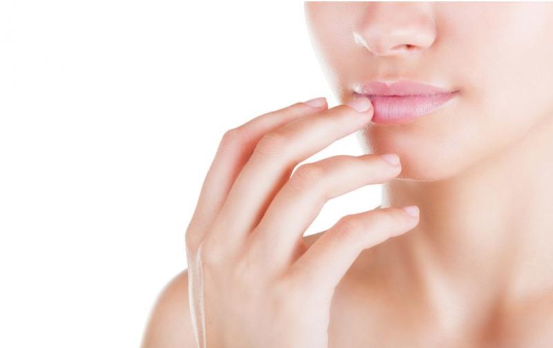 唇が乾燥して皮がめくれてきた…。原因と対処法は?